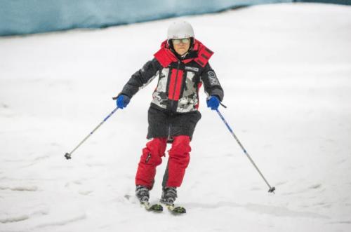 单兆鉴(中国第一位滑雪冠军)身着波司登登峰系列羽绒服