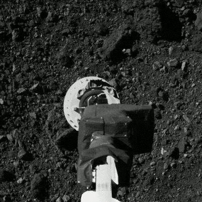 """美国""""奥西里斯-雷克斯""""采集贝努小行星样品实景(图片来源:NASA)"""