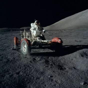 """""""阿波罗""""航天员驾驶月球车采集月球样品(图片来源:NASA)"""
