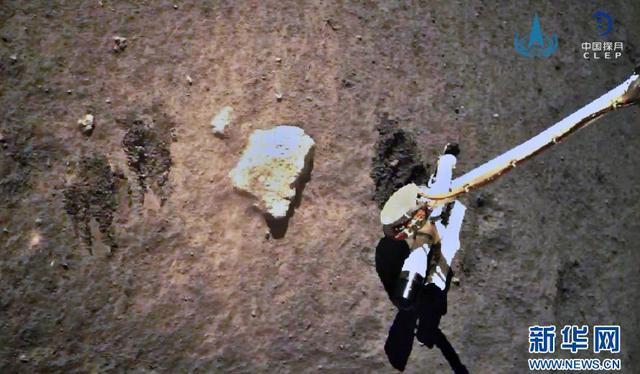 12月2日,嫦娥五号探测器在月球表面自动采样(图片来源:国家航天局)